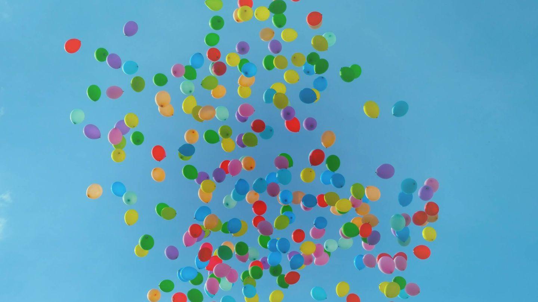 Suelta de globos. (Fotografía de Luca Upper para Unsplash)