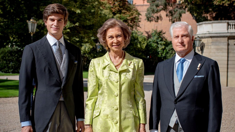 Carlos Fitz-James Stuart junto a la reina Sofía y su padre en la boda de su hermano Fernando. (EFE)