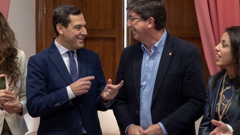 Foto: Juanma Moreno (i) y Juan Marín (d), durante la reunión de este miércoles. (EFE)