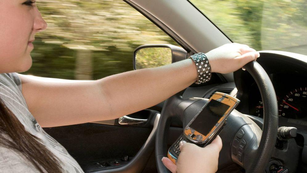 Foto: Un 18% de conductores españoles reconoce escribir mensajes en el móvil al volante.