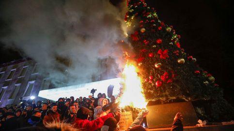Encierro y árboles de Navidad en llamas: así sintetiza Albania este diciembre pandémico
