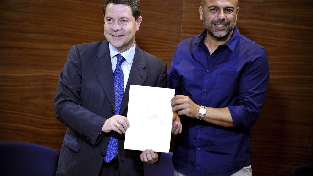 Foto: Los secretarios regionales del PSOE y Podemos, Emiliano García-Page (izda) y José García Molina, sellan su acuerdo. (EFE)