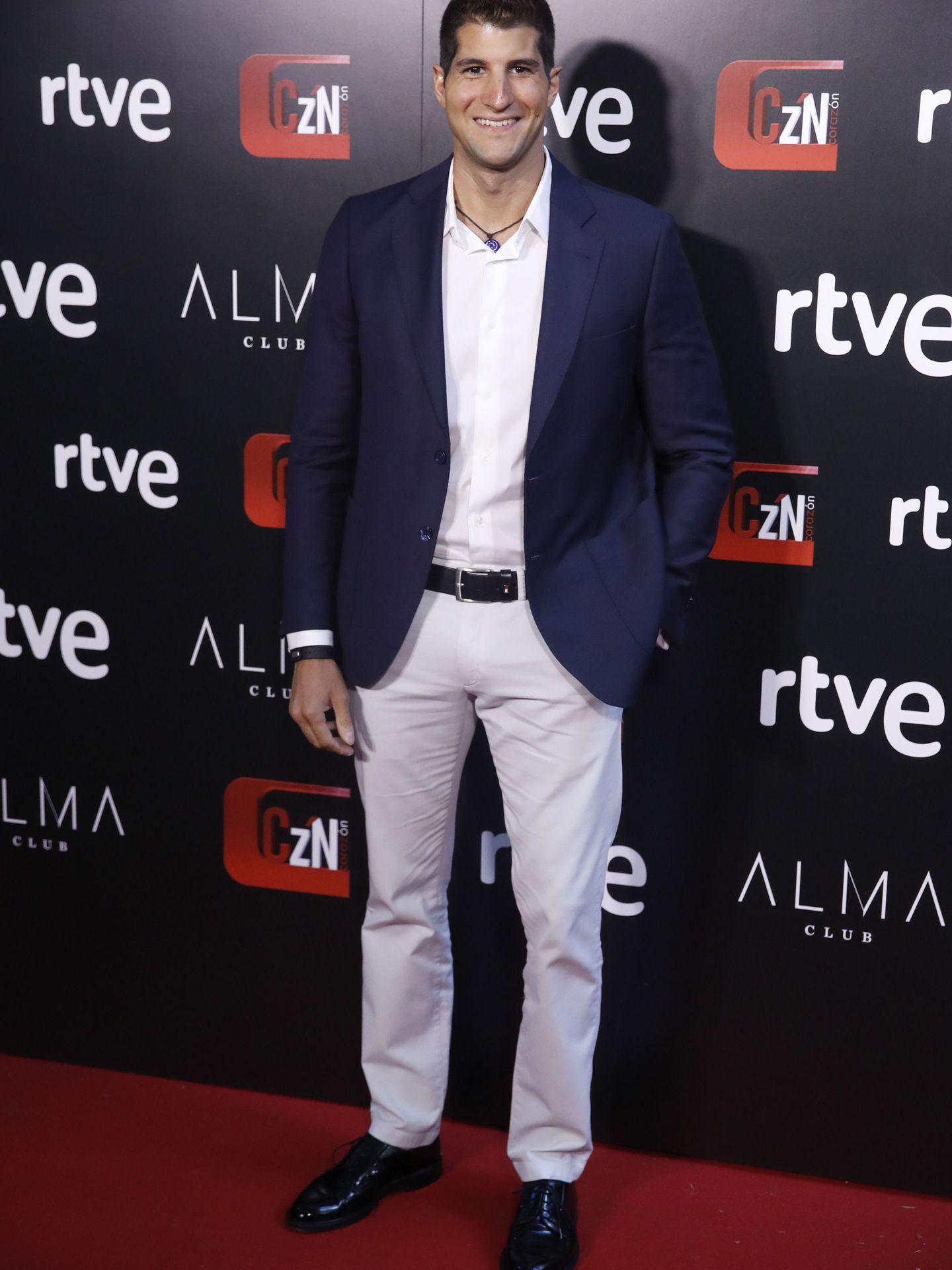 Julián Contreras, a su llegada a la fiesta de 'Corazón'. (EFE)