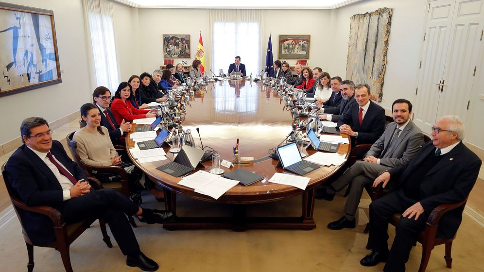 Foto: El presidente del Gobierno, Pedro Sánchez (c), preside el primer Consejo de Ministros el 14 de enero de 2020. (EFE)
