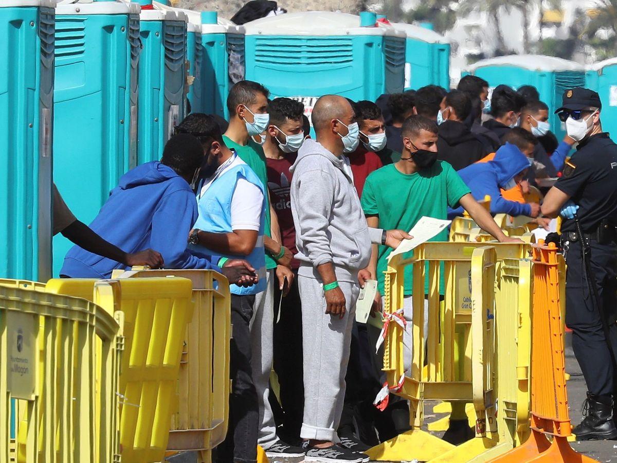 Foto: Varias personas, en el muelle de Arguineguín, a finales de noviembre. (EFE)