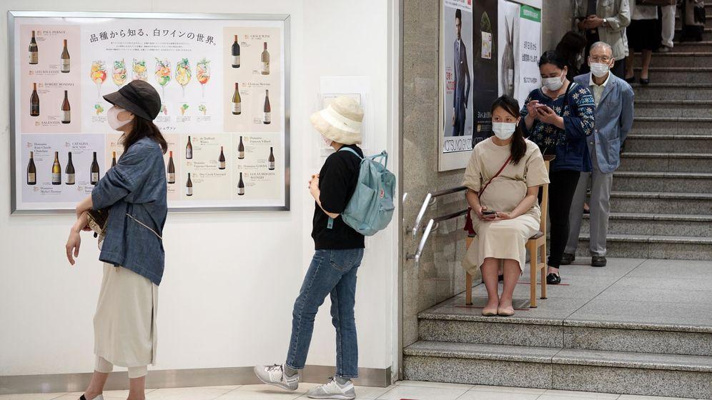 Foto: Un grupo de personas esperan una cola en Tokio. EFE