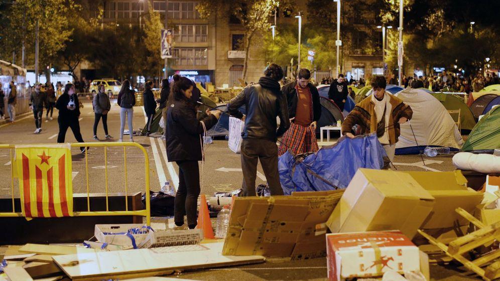 Foto: La acampada estudiantil de Barcelona ha sido desvalijada y mermada a la mitad de participantes. (EFE)