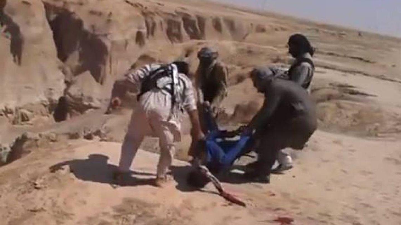 El vídeo publicado en 2014 en el que se ve cómo lanzan cuerpos al cañón de Al Hota