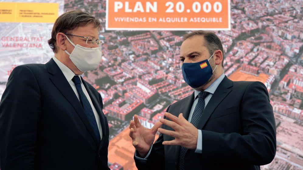 Foto: El Ministro de Transportes, José Luis Ábalos (d), y el presidente de la Generalitat, Ximo Puig, este jueves en Valencia. (EFE)