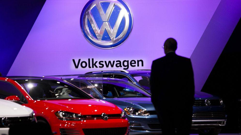 Foto: Un hombre observa varios modelos de Volkswagen en el Salón del Automóvil de Nueva York. (EFE)