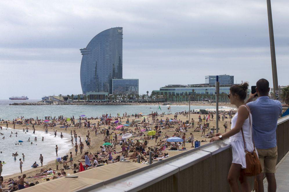Foto: Imagen de archivo de la playa de la Barceloneta. (EFE)