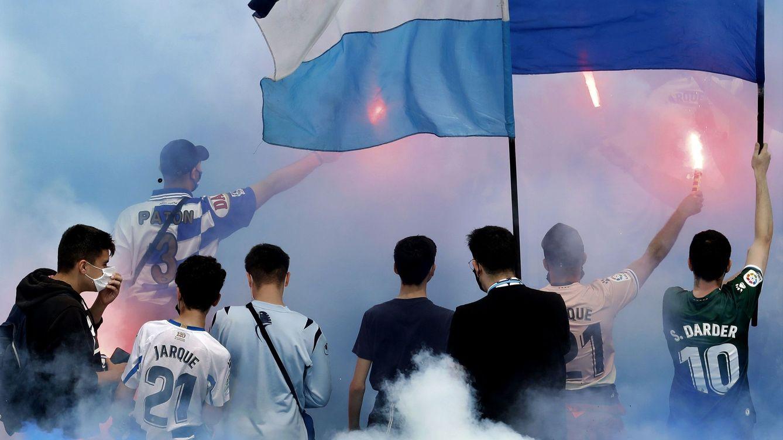 Foto: El Espanyol celebra el ascenso con la afición en los aledaños del estadio de Cornellà-El Prat. (EFE)