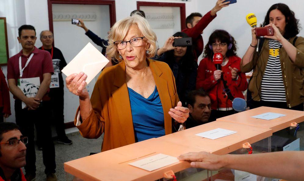 Foto: La alcaldesa de Madrid, Manuela Carmena, ejerciendo su derecho al voto en el IES Conde de Orgaz de Madrid. (EFE)