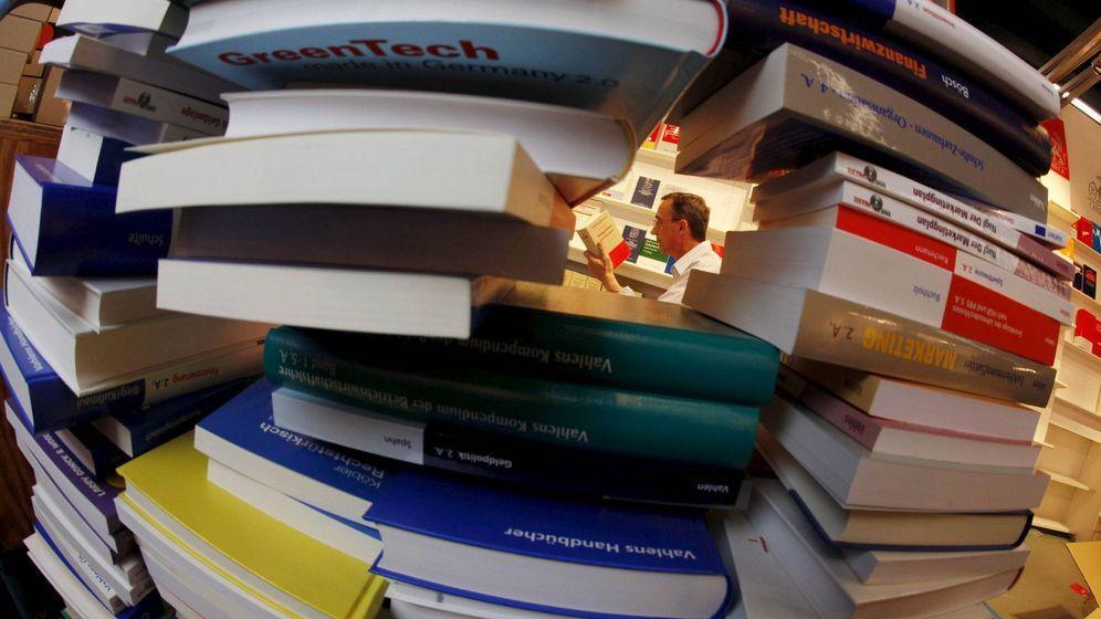 Foto: Una imagen de una pila de libros en Frankfurt. (EFE/Frank Rumpenhorst)
