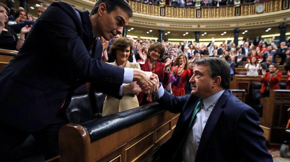 Foto: Pedro Sánchez, elegido presidente del Gobierno, recibe la felicitación del portavoz del PNV, Aitor Esteban. (EFE)