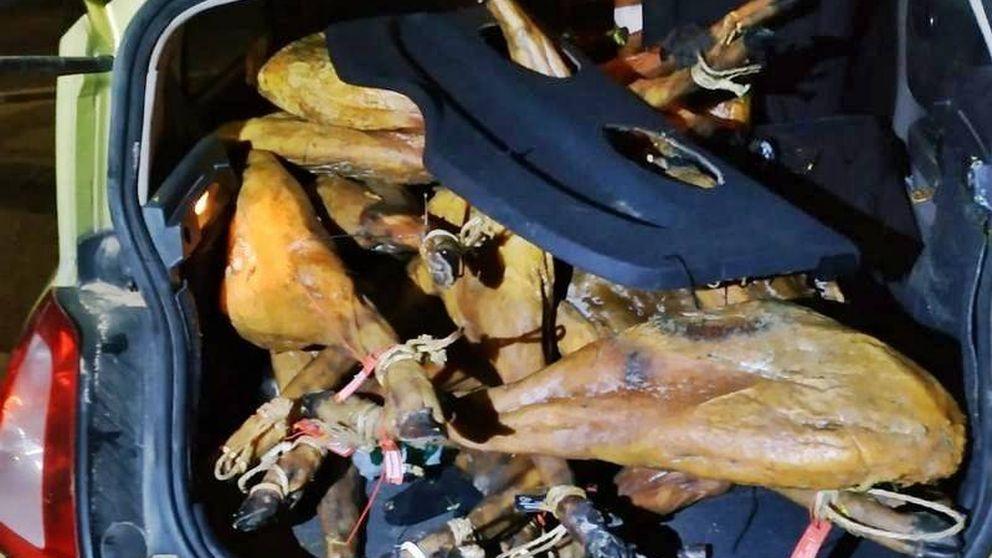 Roban 27 jamones en Badajoz y acaban detenidos tras chocar con una farola