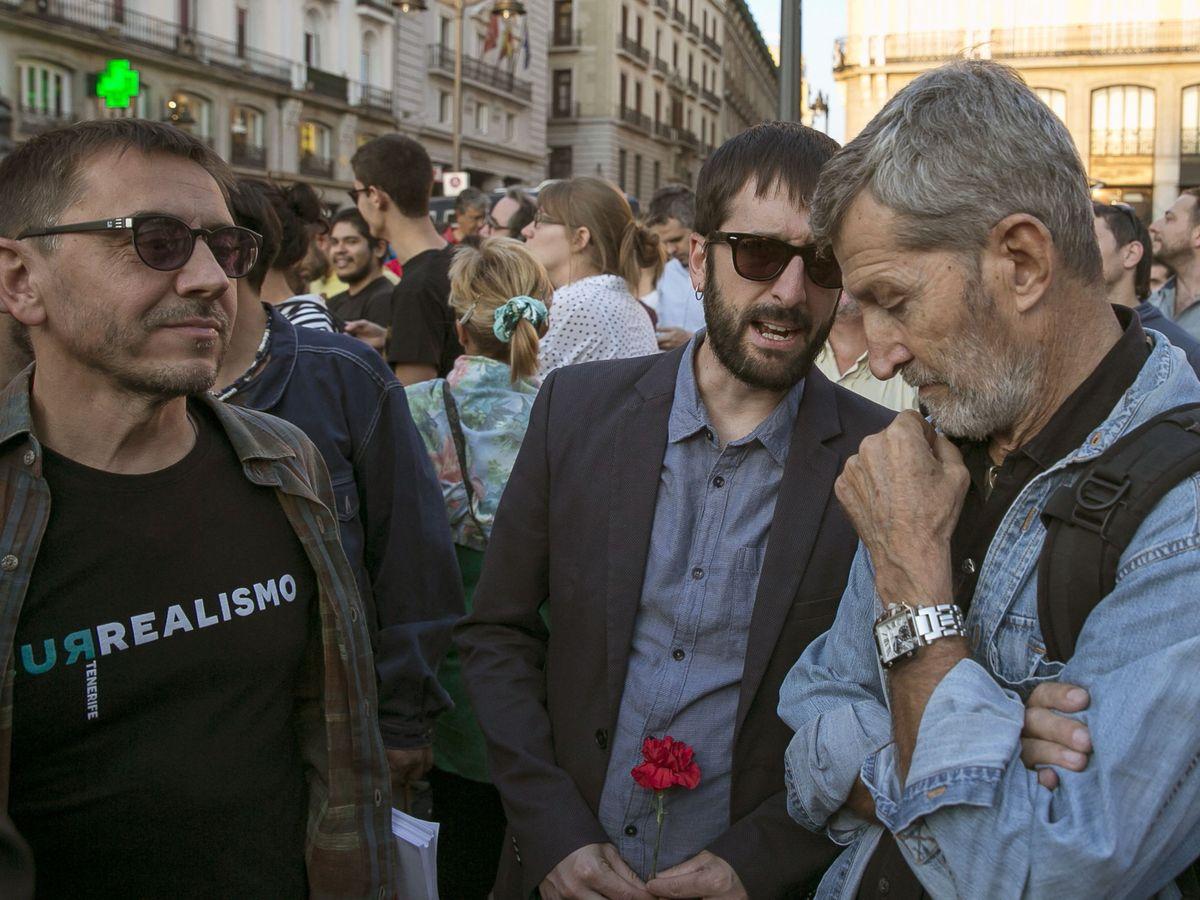 Foto: El cofundador de Podemos Juan Carlos Monedero (i);el responsable de Comunicación Juanma del Olmo y el jefe de gabinete del vicepresidente Pablo Iglesias, Julio Rodríguez (d) durante una concentración. (EFE)