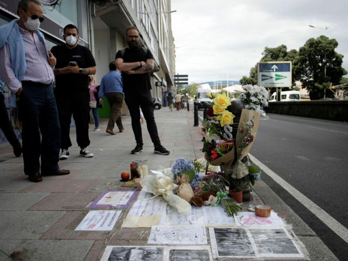 Foto: Varias personas observaban el lugar donde en la madrugada del sábado fue asesinado Samuel. (EFE)