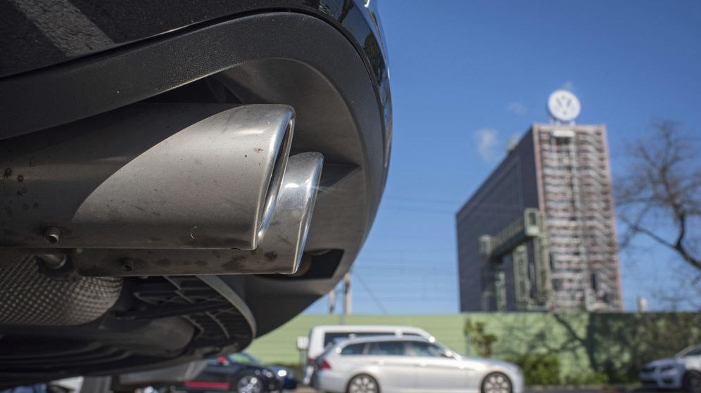 Foto: Detalle del tubo de escape de un Volkswagen Passat. (EFE)