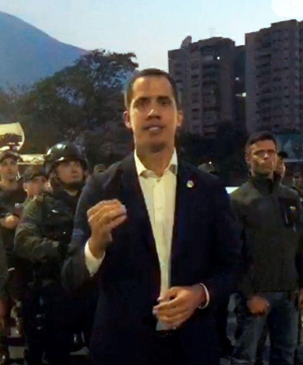 Foto: Juan Guaidó en su anuncio con los militares.