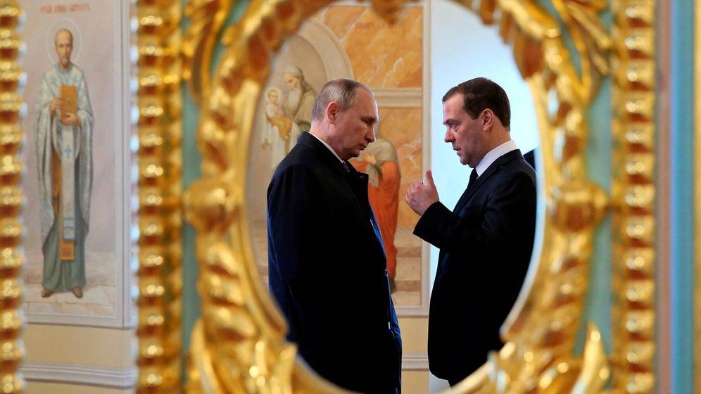 Foto: Vladimir Putin y el primer ministro Dmitry Medvedev durante una visita a Istra, en las afueras de Moscú. (Reuters)