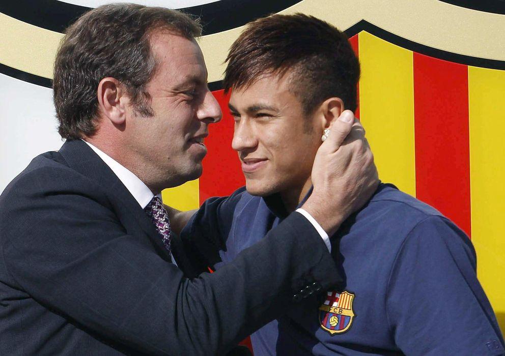 Foto: Sandro Rosell saludo efusivamente a Neymar en la presentación del jugador brasileño.