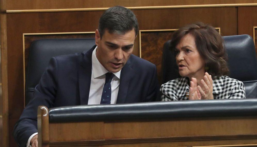 Foto: Pedro Sánchez, con la vicepresidenta del Gobierno, Carmen Calvo, este 24 de octubre en el Congreso. (EFE)