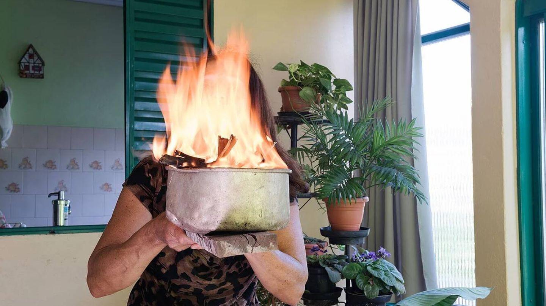 Nelci recurre al fuego para expresar su rabia   Marilene Ribeiro