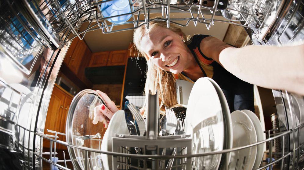 Foto: Si lo usamos bien, el lavavajillas nos quitará una carga más de nuestro día a día. (iStock)