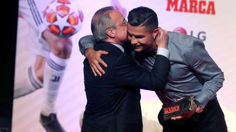 Foto: Florentino Pérez y Cristiano Ronaldo durante el acto de entrega del premio 'Marca Leyenda' al futbolista portugués. (Reuters)