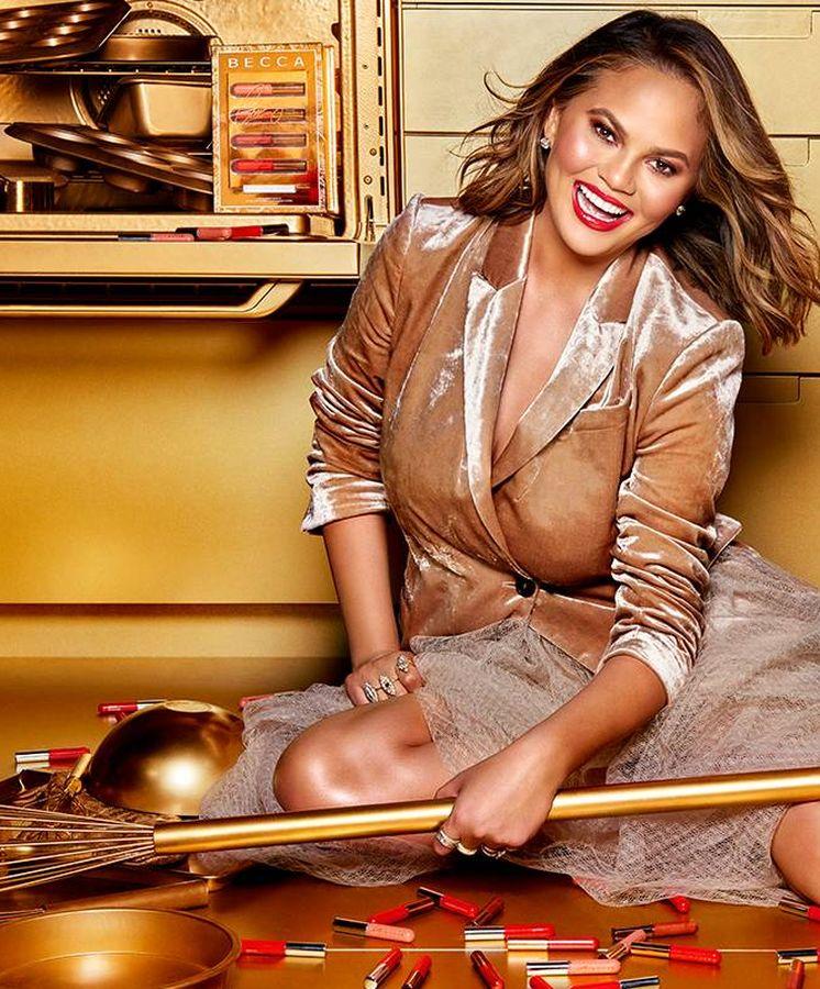 Foto: Chrissy Teigen en la campaña para Becca Cosmetics.