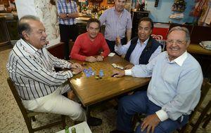 Carlos Slim, divertida partida de dominó en  Galicia