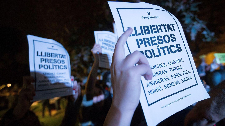 Concentración de apoyo a los exmiembros del Govern de Cataluña encarcelados. (EFE)