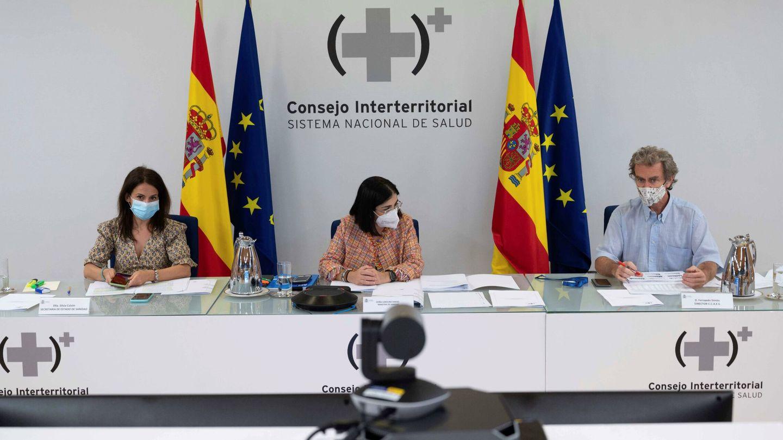 La secretaria de Estado de Sanidad, Silvia Calzón; la ministra de Sanidad, Carolina Darias, y el director del CCAES, Fernando Simón. (EFE)