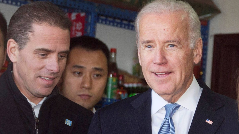 Hunter y Joe Biden, durante un viaje a China. (EFE)