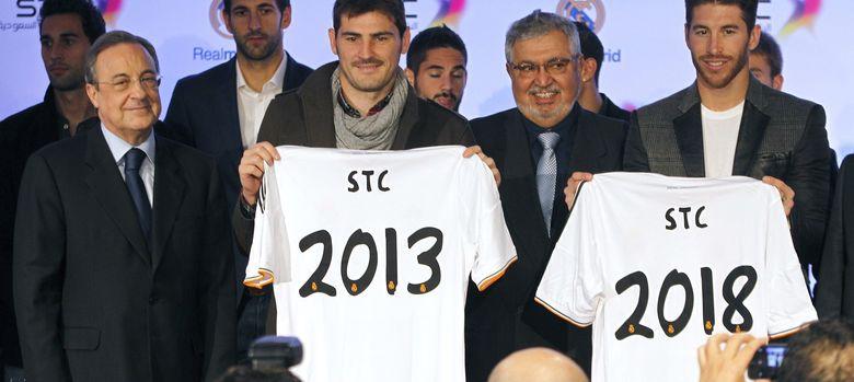 Foto: Florentino junto al presidente de STC y varios jugadores madridistas (Efe).