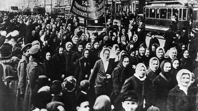 Manifestación en el Día de la Mujer en Petrogrado en 1917, inicio de la revolución que llevó a la caída del zar   Museo Estatal de Historia Política de Rusia
