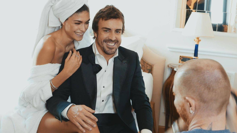 Fernando Alonso, sonriente con su novia. (Amazon Prime)