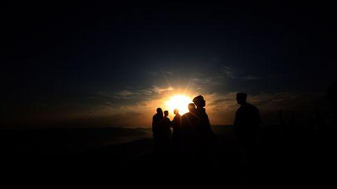 Samaritanos rezan al amanecer en lo alto del Monte Gerizim