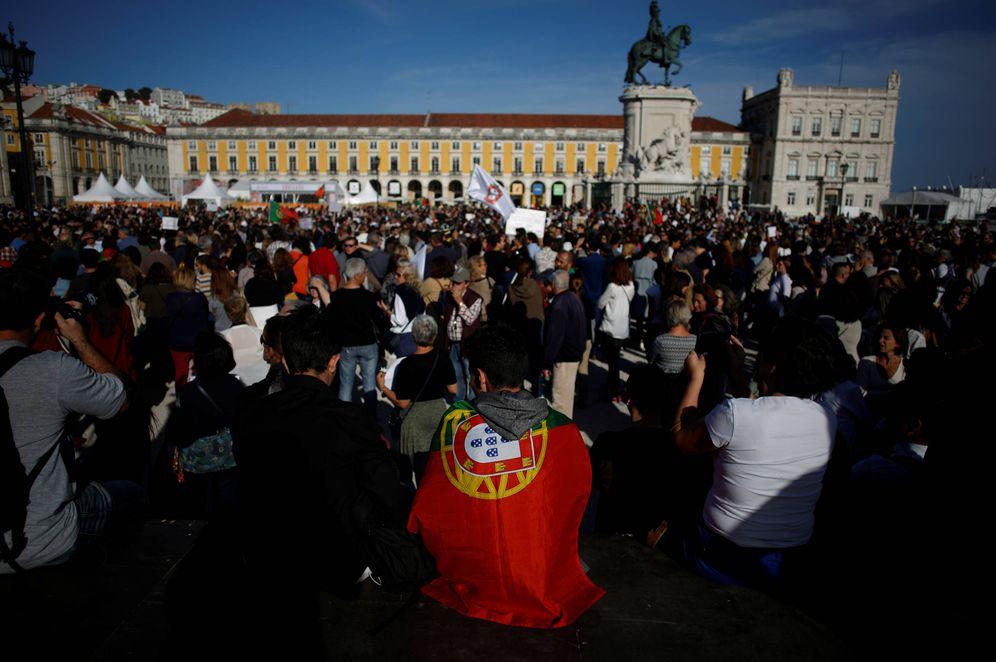 Foto: Portugueses reunidos en la Plaza del Comercio, en Lisboa, para homenajear a las víctimas de los incendios en Portugal, el 21 de octubre de 2017. (Reuters)
