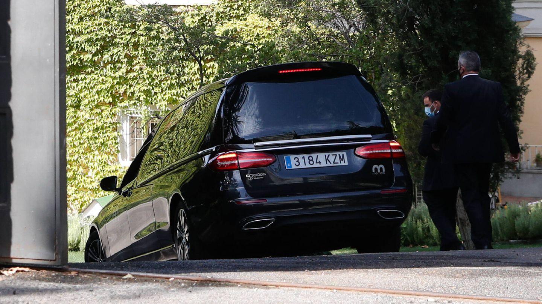 El coche fúnebre entrando en la casa. (Gtres)