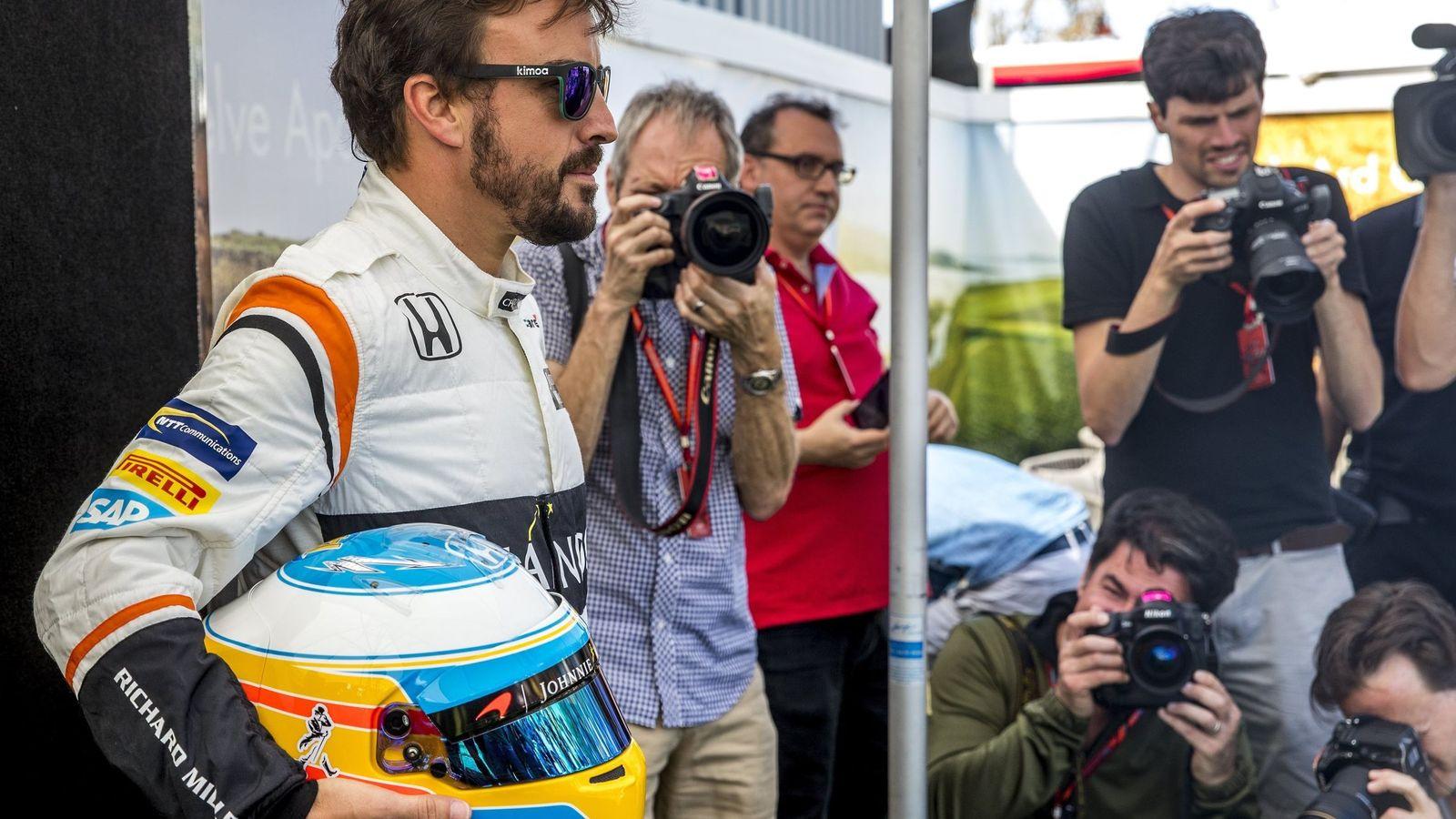 Foto: Alonso, ante los fotógrafos en el paddock de Albert Park. (REUTERS)