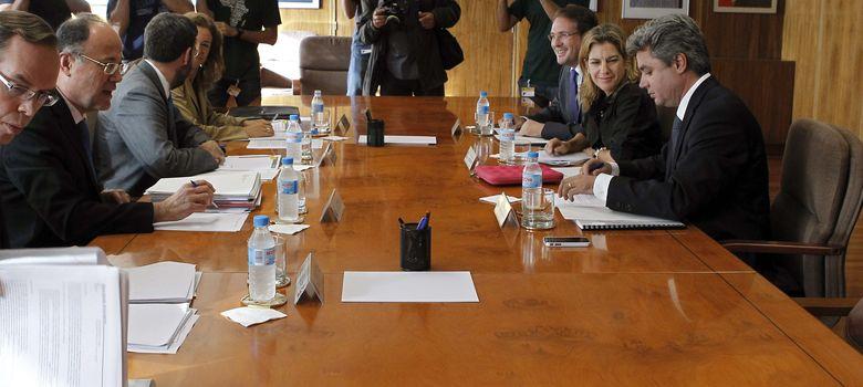 Foto: El secretario de Estado de Energía, Alberto Nadal (3i), durante la reunión con  las delegaciones de Valencia y Cataluña. (EFE)