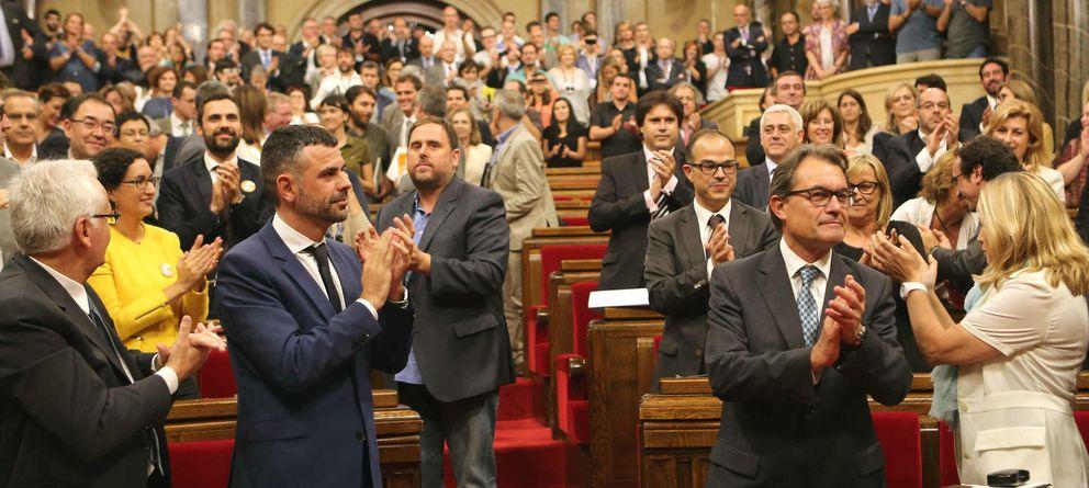 Foto: Artur Mas y varios diputados aplauden tras el Pleno extraordinario en que se aprobó la Ley de Consultas. (Efe)