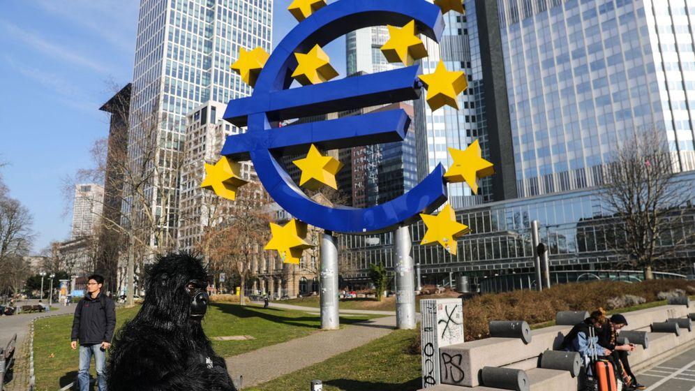 Foto: Símbolo del euro en Fráncfort, frente a la antigua sede del BCE. (EFE)