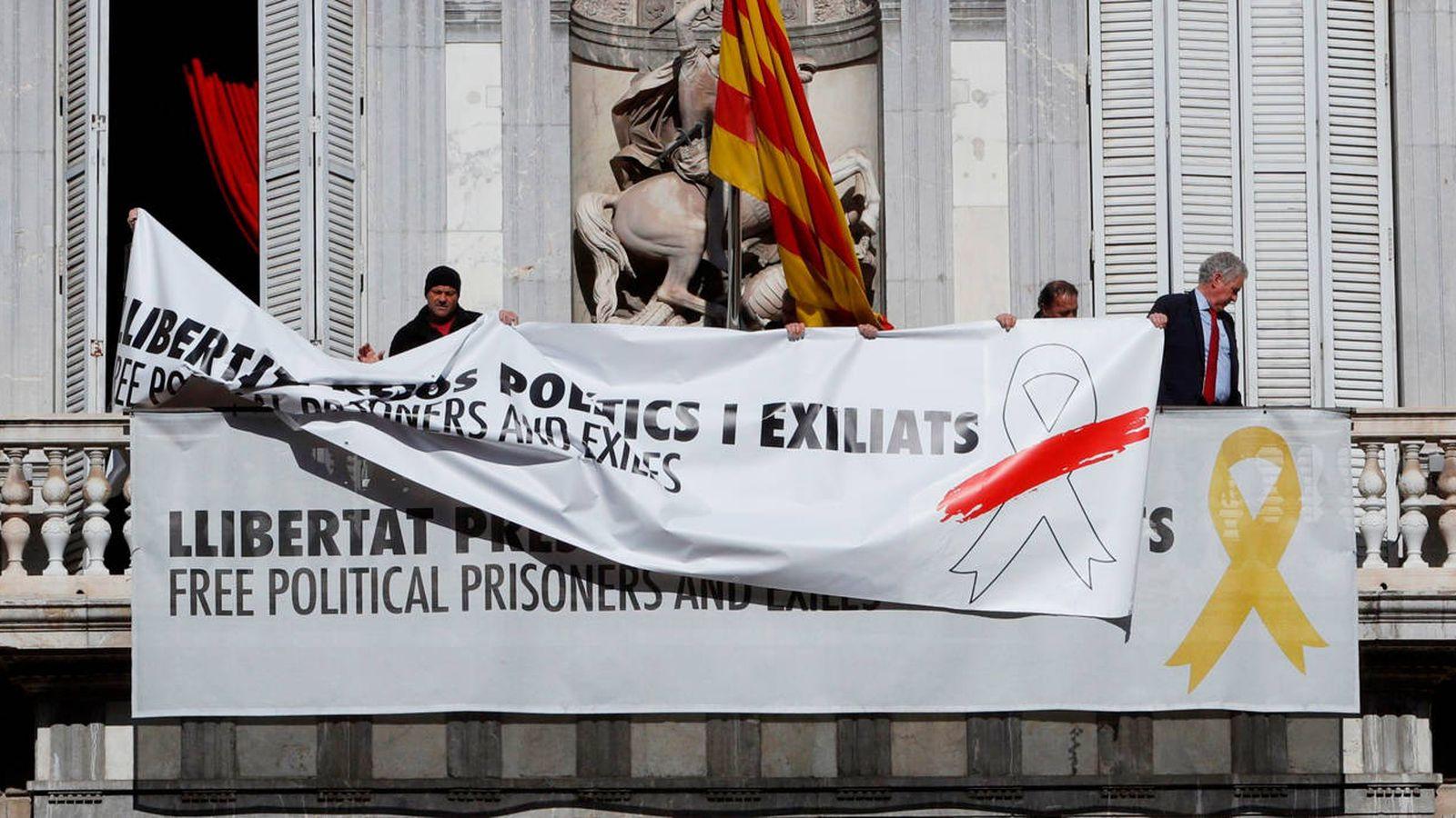 Foto: Cambio de pancarta en el Palau. (EFE)