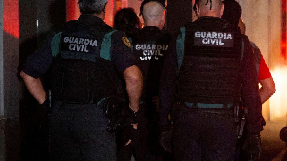 Foto: Agentes de la Guardia Civil durante el operativo en el que se detuvo a los nueve miembros de los CDR. (EFE)