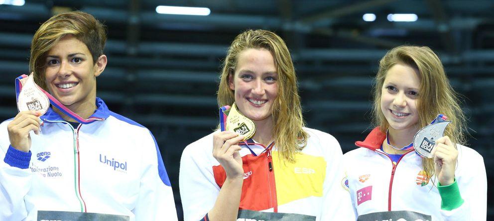 Foto: Mireia, en el centro con su medalla de oro (EFE).