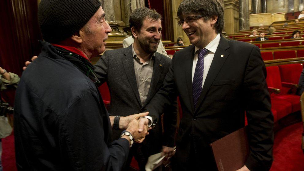Puigdemont, Junqueras y Forcadell agasajan a Llach antes del inicio del pleno