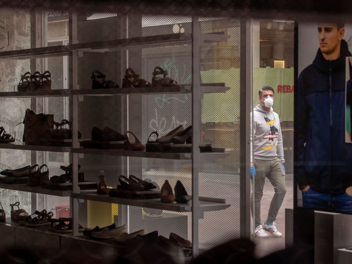 Foto: Escaparate de una zapatería en Sevilla. (EFE)